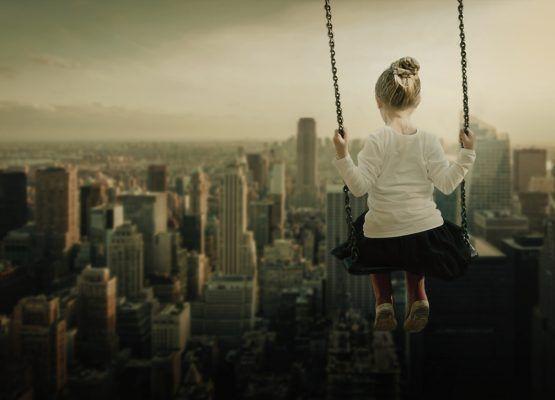 girl-2067378 columpio rascacielos